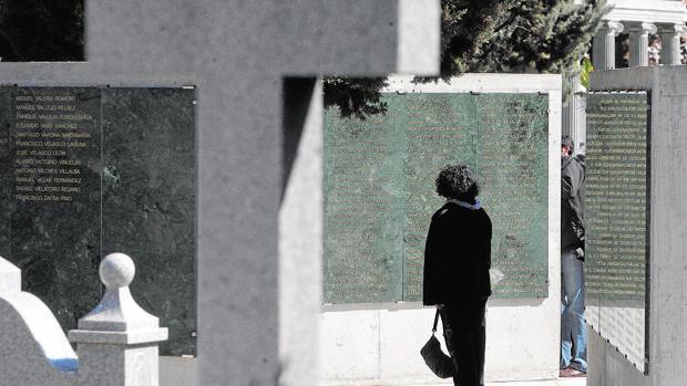 Muros de la memoria en el cementerio de Nuestra Señora de la Salud