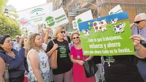 Concentración de afectados por el impuesto de sucesiones ante la Delegación de Hacienda en Sevilla
