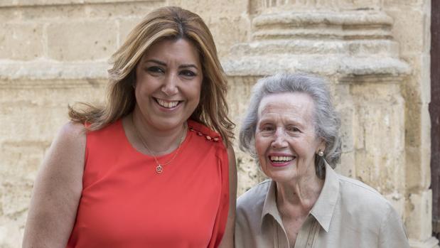 La presidenta de la Junta, Susana Díaz, junto a la hija de Blas Infante, este miércoles en el Parlamento