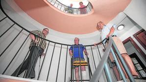 En un bloque de Avda. Virgen del Mar, vecinos reclamaban un ascensor para hacer el edificio accesible