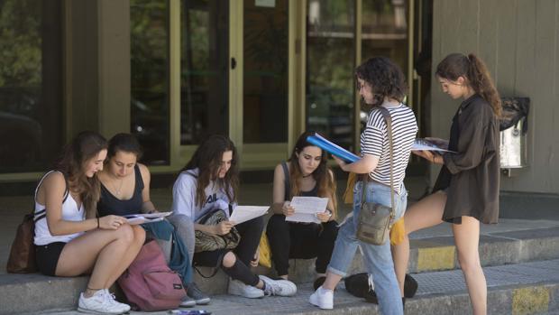 Estudiantes de la Complutense a las puertas de una de sus facultades