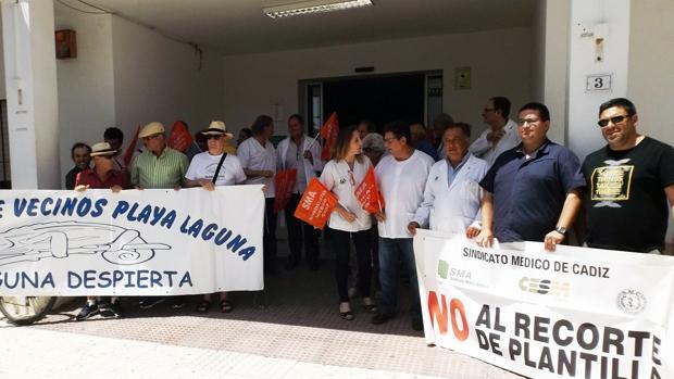 Un momento de la concentración a las puertas del centro de salud Doctor Tolosa Latour