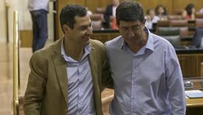 Los responsables del PP-A, Juanma Moreno, y de Ciudadanos, Juan Marín