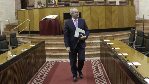 Juan Pablo Durán saliendo del Parlamento andaluz