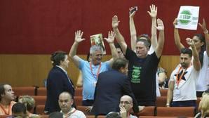 Protesta de miembros de Stop Impuesto Sucesiones poco antes de ser desalojados del Parlamento