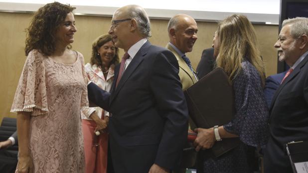 El ministro de Hacienda, Cristóbal Montoro, charlando con la consejera del ramo, María Jesús Montero