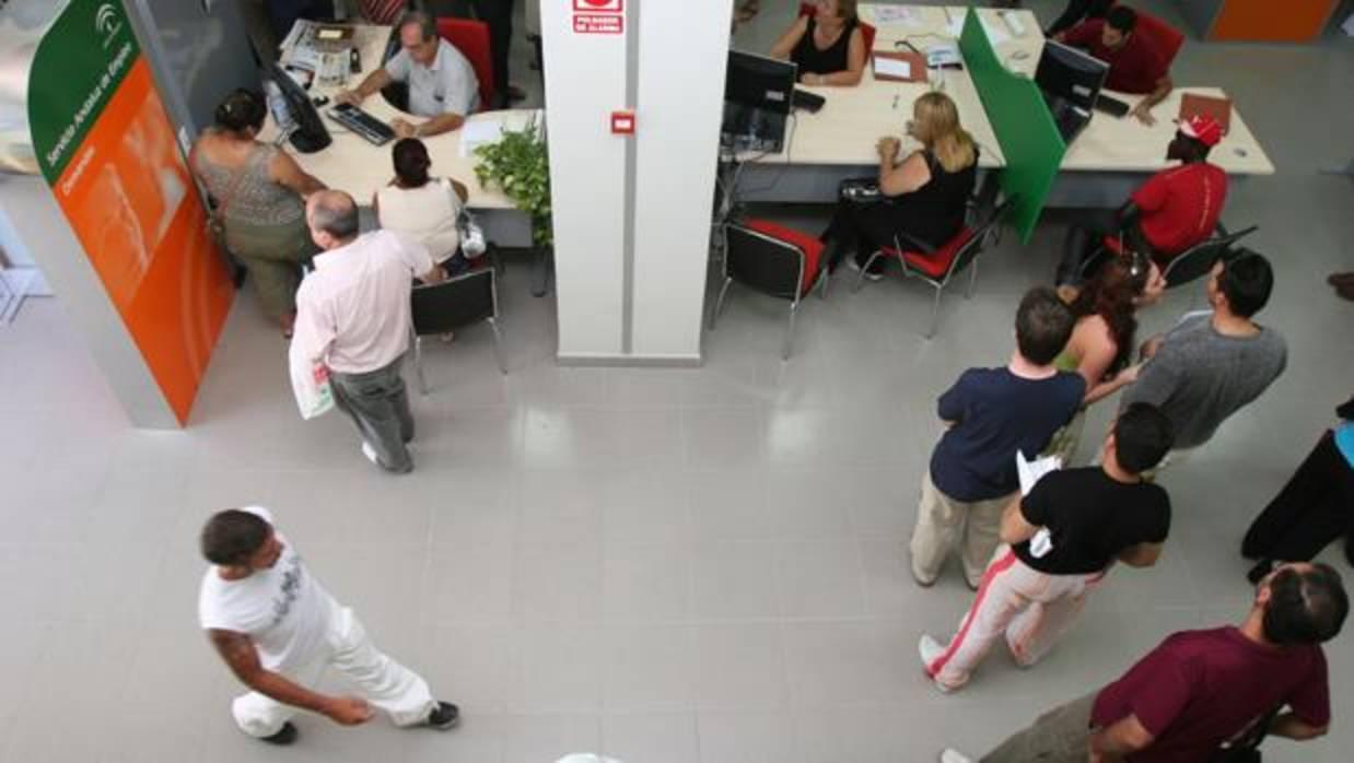 El paro en andaluc a baja en personas en el segundo for Oficina de empleo huelva
