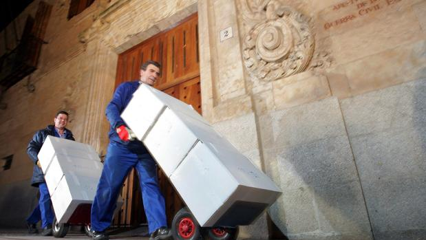 Traslado de cajas con los papeles de Salamanca en 2006