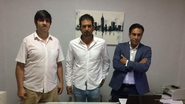 El presidente y un miembro de la asociación junto al abogado que ha tramitado el recurso