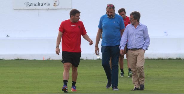 González, Cardoso y Carrión conversan tras un entrenamiento