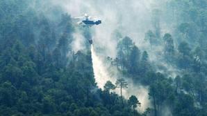 La extensa humareda producida por el incendio se extendió por Segura de la Sierra.