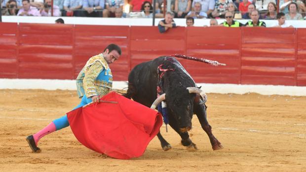 Enrique Ponce en el primer toro de su lote en la feria de Villanaueva de Córdoba