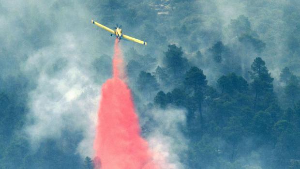 Medios aéreos en pleno trabajo de extinción del incendio, labores que han surtido efecto