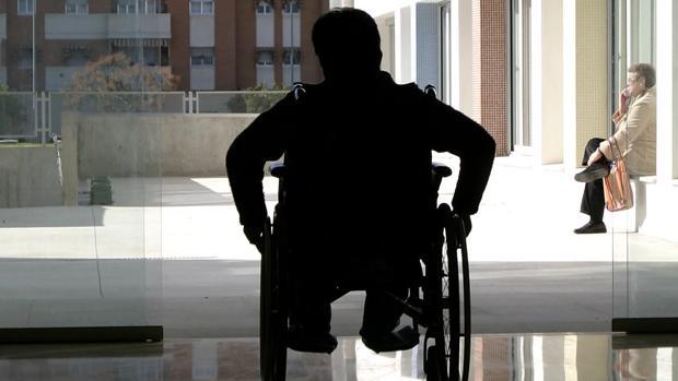 Una persona en silla de ruedas, en la residencia de Fepamic.