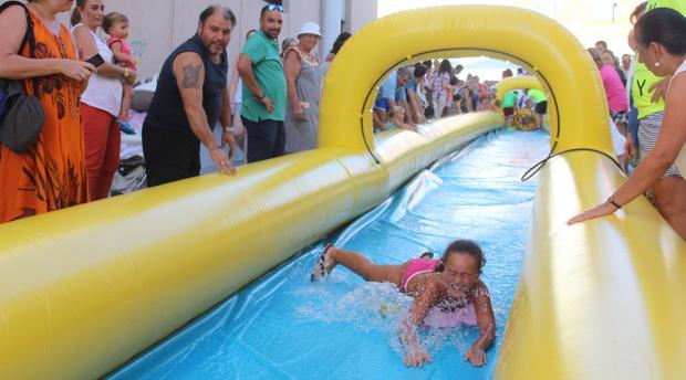Una niña desciende por el tobogán gigante instalado en pleno centro de Baena