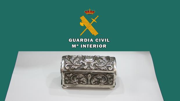 Cofre de plata que el ladrón robó de la iglesia