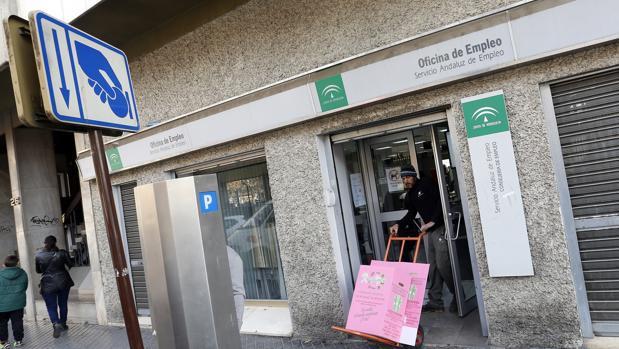 Entrada de una de las oficinas de empleo de la ciudad de Córdoba