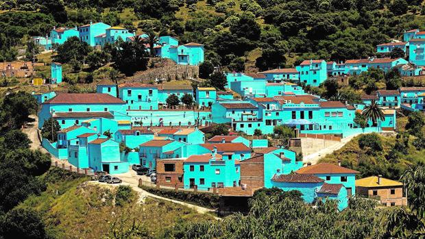 Júzcar, el único pueblo de la Serranía de Ronda con sus casas pintadas de azul «pitufo»