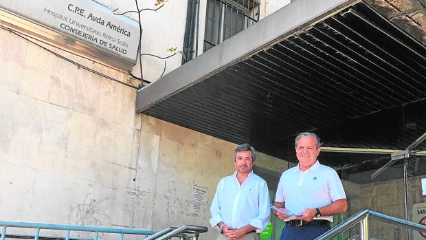 Torrico y Fuentes, en la puerta del antiguo centro sanitario
