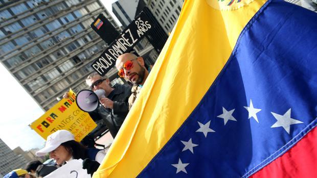 Un opositor venezolano en una protesta contra Maduro