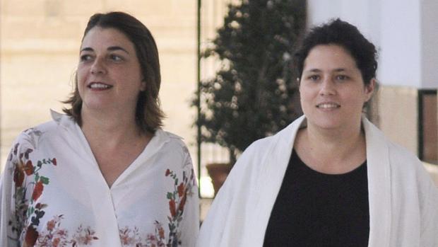 Amanda Meyer, a la derecha de la parlamentaria de IU-CA, Elena Cortés