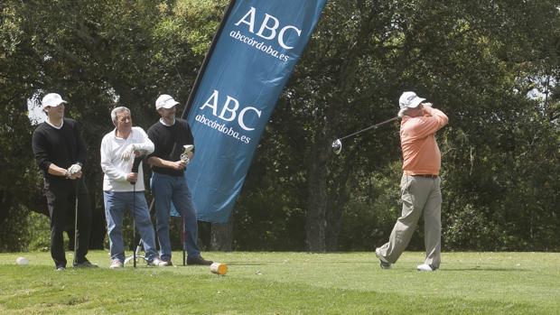 Un golfista golpea la bola en el Club de Campo de Córdoba