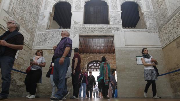 Un grupo de personas durante una visita a la Sinagoga de Córdoba