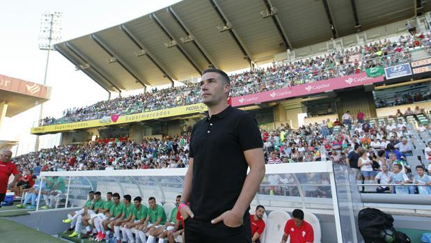 Luis Carrión antes de empezar el partido ante el Real Betis