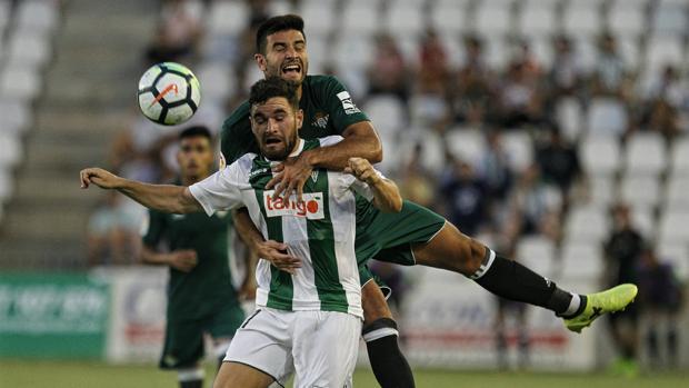 Javi Galán pelea el esférico durante el Córdoba-Real Betis