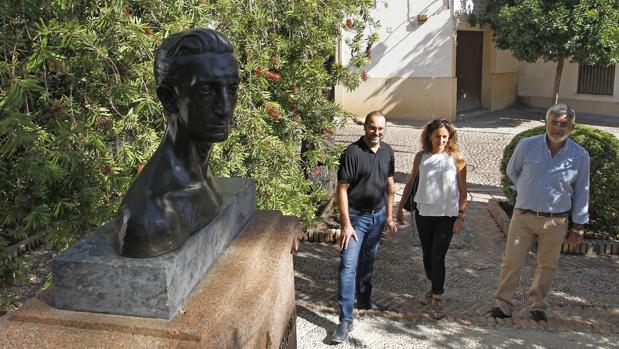 David Luque, ante el busto de Manolete restaurado en La Lagunilla