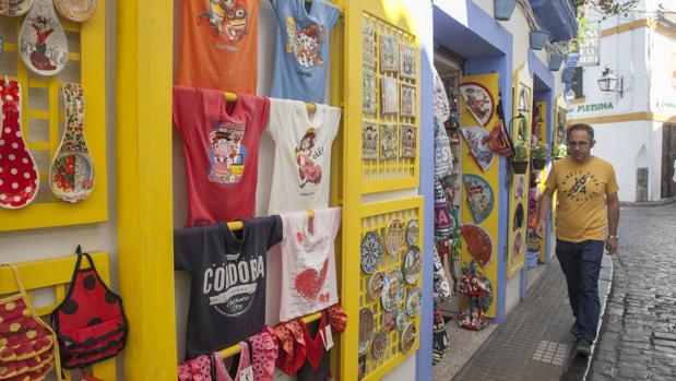 Expositor de una tienda de souvenirs en la calle Deanes, en la Judería
