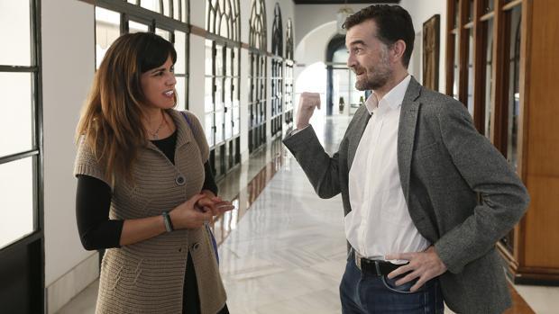 La líder de Podemos en Andalucía, Teresa Rodríguez, junto al coordinador de IULV-CA, Antonio Maíllo