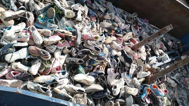 Las miles de zapatillas recogidas en la zona del río Chillar, en la localidad malagueña de Nerja