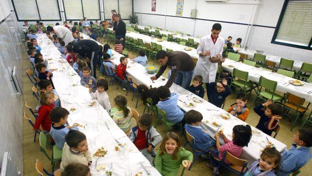 Comedor de un centro durante la hora del almuerzo del grupo de educación infantil