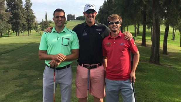 El golfista del Real Club de Campo de Córdoba, Marcos Pastor, a la derecha con polo rojo