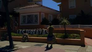 Uno de los miembros de la familia Ortega ante los pisos en los que se supone que estaba el piso