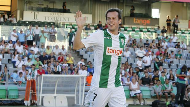 Javi Lara saluda a la afición en el acto de presentación de la plantllla del Córdoba CF