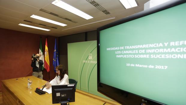 La consejera de Hacienda, María Jesús Montero, presenta la calculadora del impuesto de sucesiones