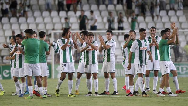 Los jugadores del Córdoba CF celebran la victoria ante el Betis en el partido de presentación