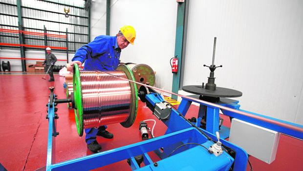Trabajador en una planta de tratamiento del cobre en Córdoba