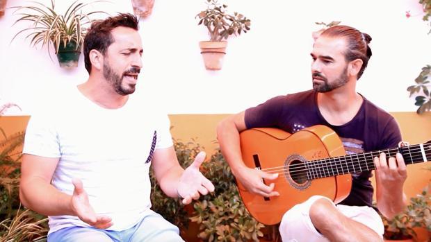 Salvador García «El Pitu» y Perico Campos, interpretando las sevillana