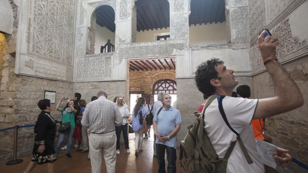 Un grupo de turistas visitan la Sinagoga.