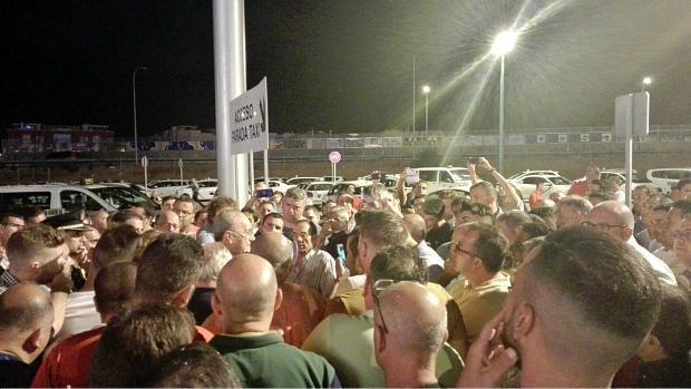 El alcalde de Málaga se ha reunido de madrugada con los taxistas en huelga. / ABC