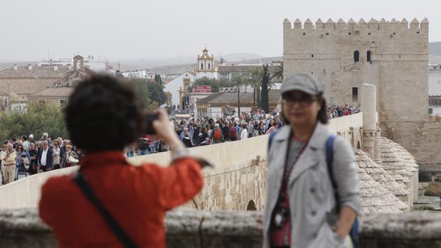 Dos turistas frente a la Calahorra