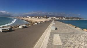 La playa de los Lances, del Atlántico(a la izquierda), y la playa Chica, del Mediterráneo (a la derecha)