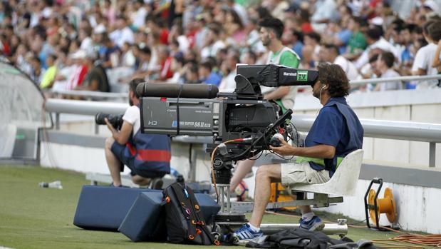 Un operador de cámara de televisión, durante un partido en El Arcángel