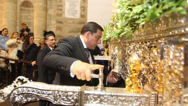 Antonio Ramírez Durán, con el martillo de María Santísima de los Dolores