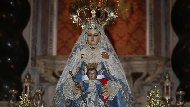 La Patrona, con su terno azul y plata