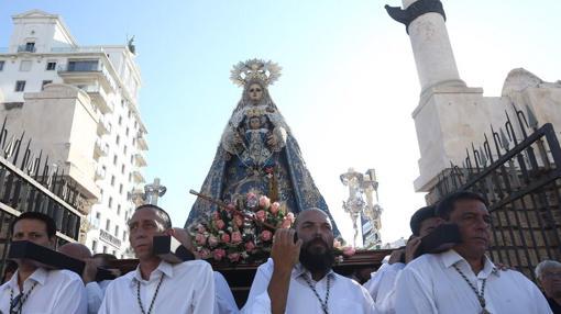 La Patrona de Cádiz conducida en parihuela por cofrades gaditanos en el inicio del recorrido extraordinario