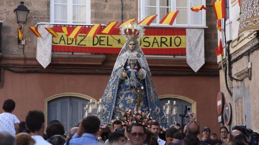 El desfile procesional por las calles tras salir de su templo
